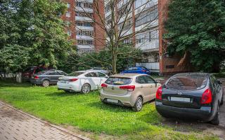 Штрафы ГИБДД за парковку на газоне